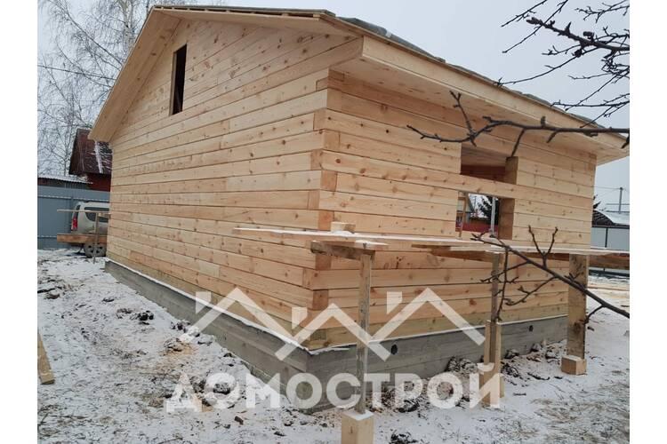 Дом с эркером из зимнего леса.