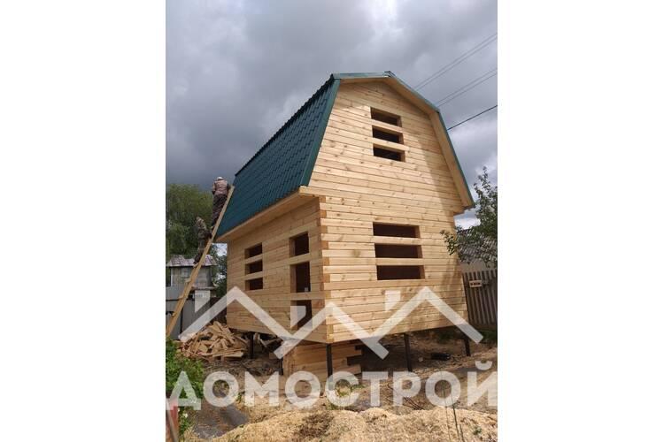 Построили дом 6х4 с ломанной мансардой на винтовых сваях.