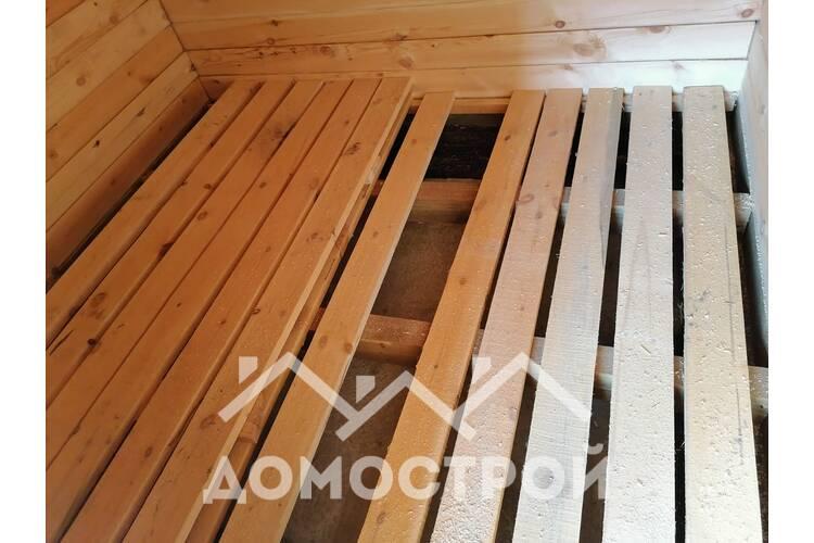Деревянный дом с террасой на винтовых сваях