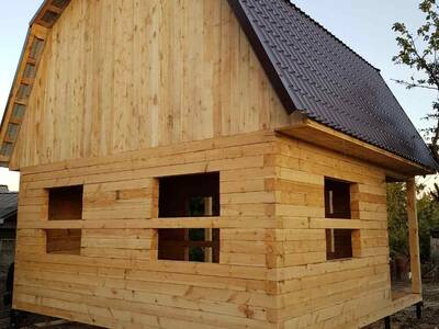 Дом из бруса с ломанои крышей